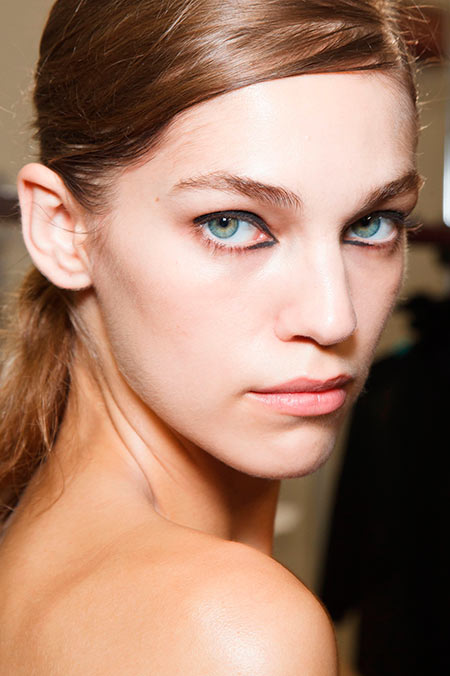 Model with reverse cat-eye makeup