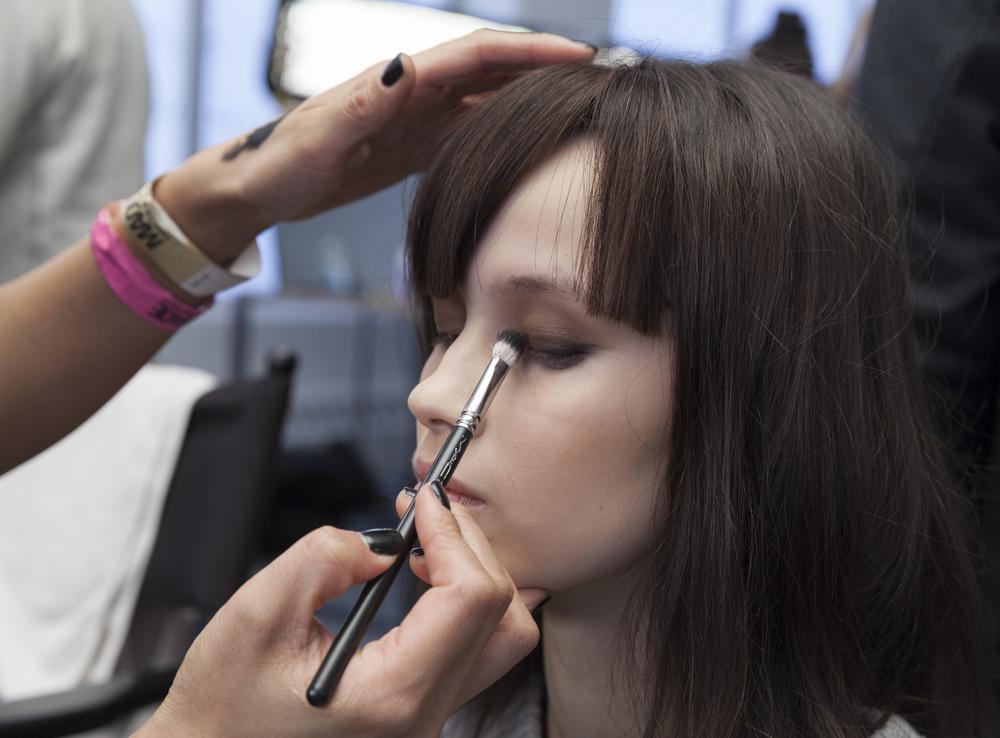 Model gets her eyeliner done
