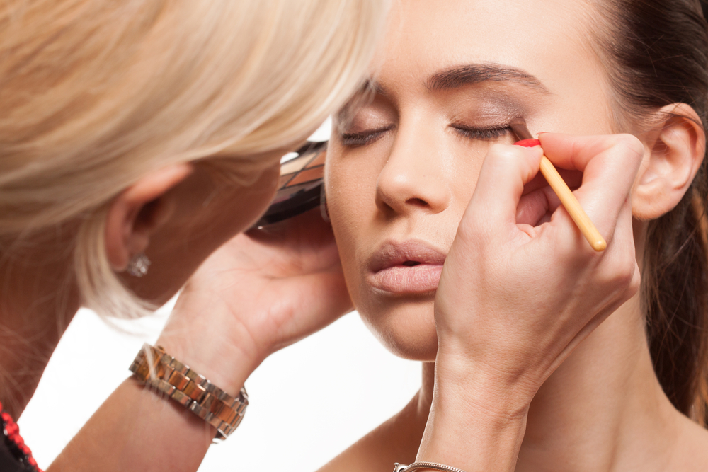 Stylist applying eyeshadow