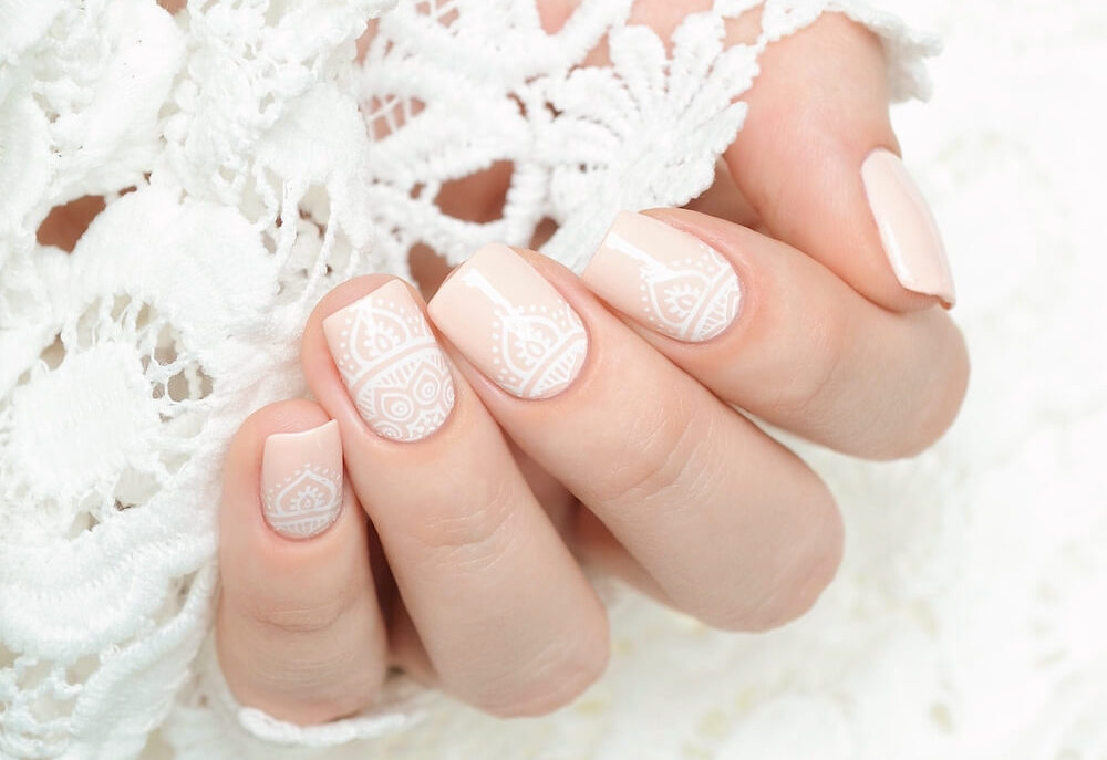 Lace-textured nails