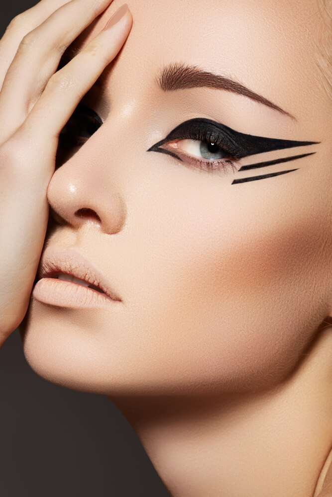 Graphic and dramatic black eyeliner