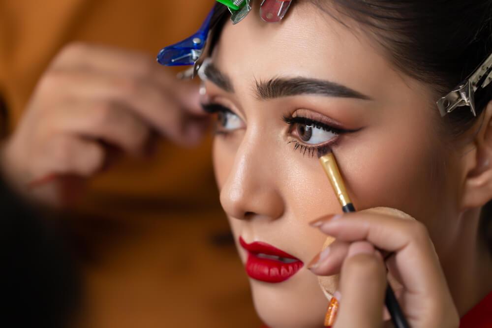 Applying eyeliner on the lower lash